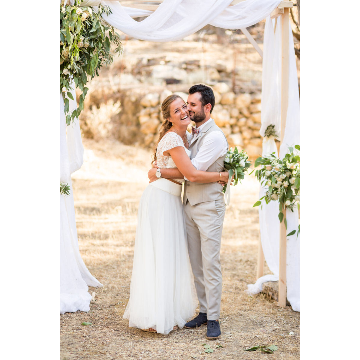 wedding photo under the arch in Crete